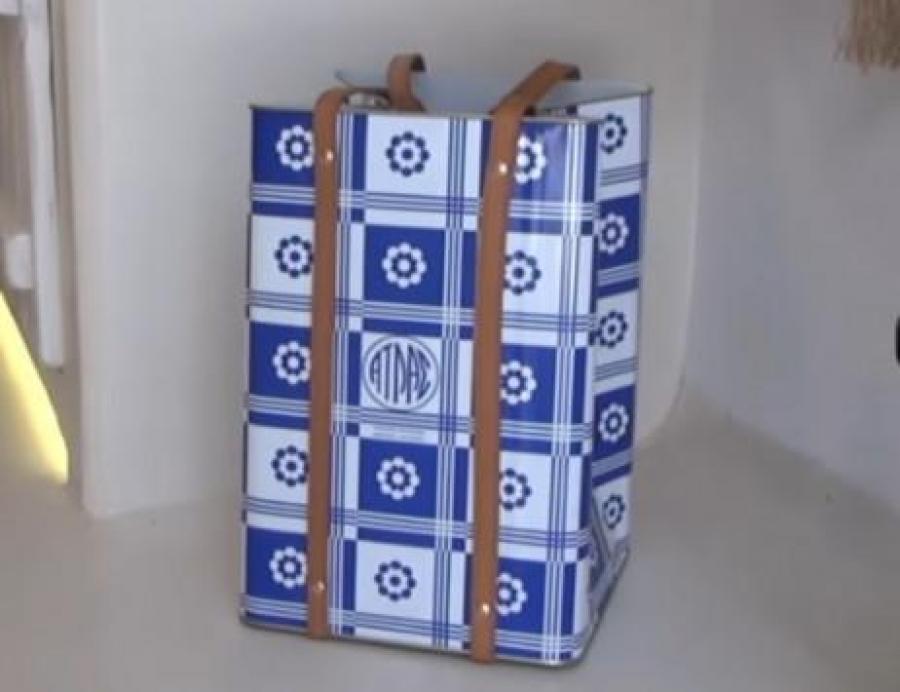 H τενεκεδένια τσάντα των 250 ευρώ που κάνει πάταγο στην Μύκονο