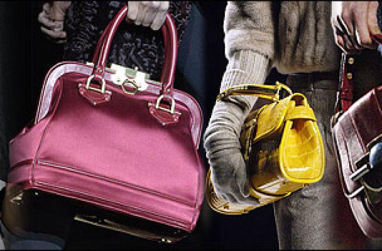 Οκτώ πράγματα που πρέπει κάθε γυναίκα να έχει στην τσάντα της