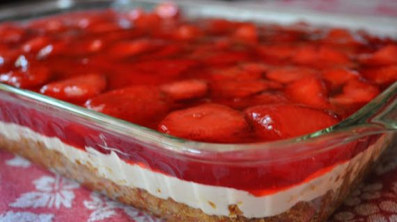 Eύκολο, νόστιμο Φραουλένιο cheesecake…με τσουρέκι