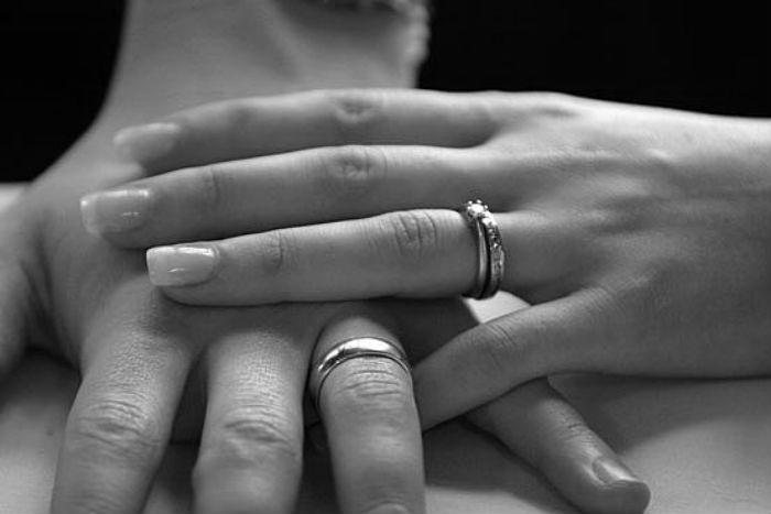 Αυτός είναι ο απίστευτος λόγος για τον οποίο φοράμε τη βέρα του γάμου στο τέταρτο δάκτυλο, τον παράμεσο