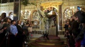 Ο ιερέας απο τη Χίο ξαναχτυπά!Δείτε το αλμά που κάνει απο το ιερό!