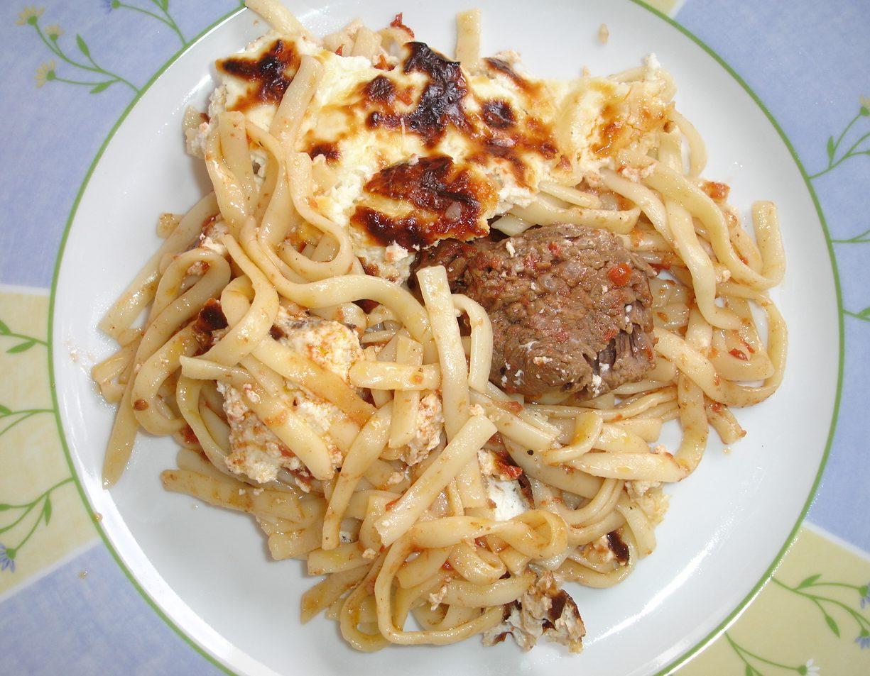 Μοσχάρι με λιγκουίνι και γιαούρτι στο πήλινο