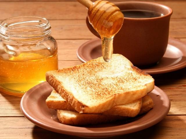 Αυτός είναι ο λόγος που πρέπει να αλείφετε μέλι και κανέλα στο ψωμί στο πρωινό σας
