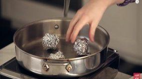 Παίρνει ένα τηγάνι και βάζει μέσα μπαλάκια αλουμινόχαρτου.. Το τι θα ακολουθήσει δεν θα το πιστεύετε!