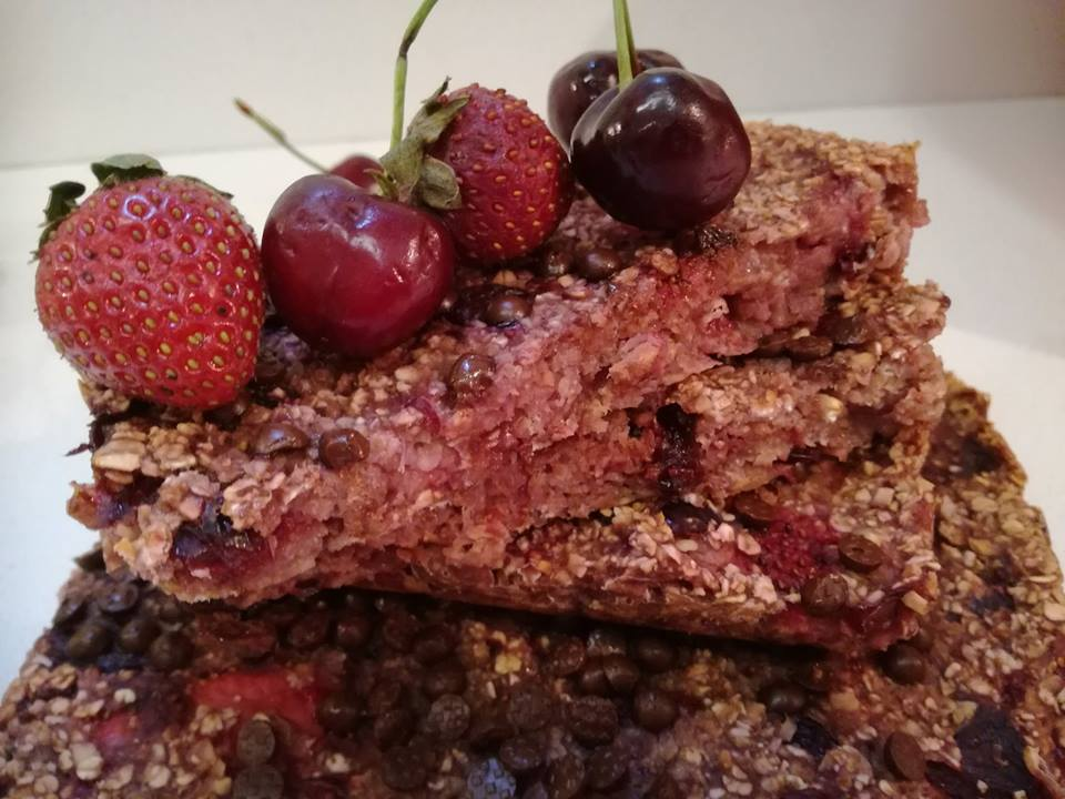 Kατακόκκινες μπάρες με κόκκινα φρούτα και βρώμη. Πεντανόστιμες και υγιεινές ..