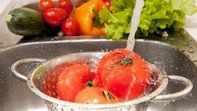 Πώς να ξεπλένετε τα φυτοφάρμακα από τα φρούτα και τα λαχανικά σας