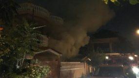 «Πόλεμος» στο Μενίδι: Επεισόδια & σπίτια στις φλόγες