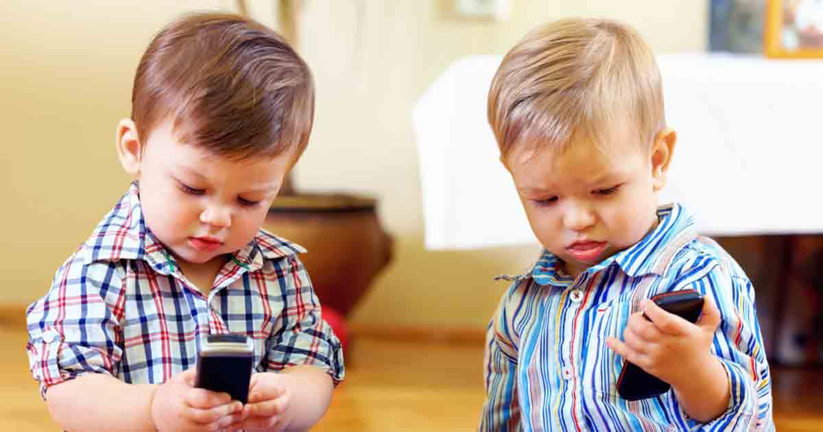 Γονείς προσοχή, Οι ειδικοί προειδοποιούν για ποιο λόγο δεν πρέπει να δίνετε το κινητό στα παιδιά
