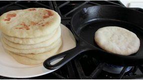 Μάθετε πως να φτιάξετε πεντανόστιμα πιτόψωμα στο τηγάνι!