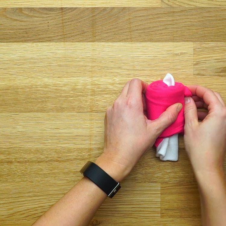 Τυλίγει το φορμάκι του μωρού σε μια κάλτσα... Και δημιουργεί το πιο όμορφο δώρο!