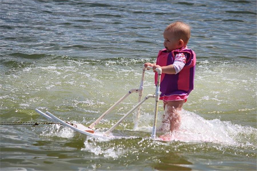 Βίντεο: 6 μηνών πιτσιρίκα κάνει θαλάσσιο σκι