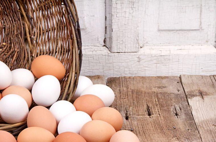 Λύθηκε το μυστήριο: Να σε τι διαφέρουν, τελικά, τα λευκά από τα καφέ αυγά