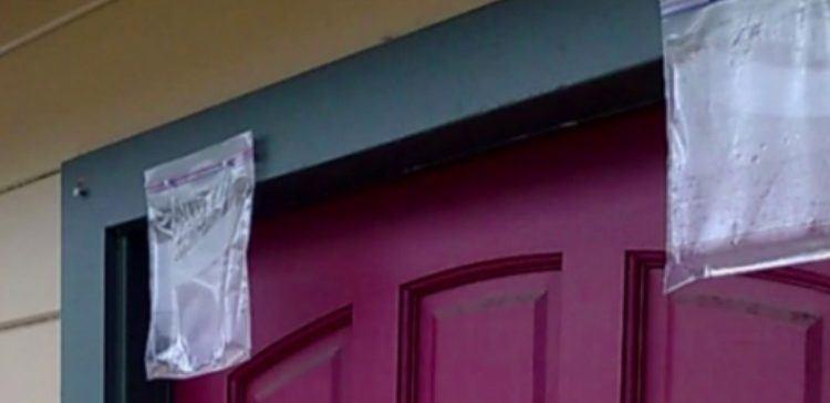 Κρεμάει σακουλάκια με νερό μπροστά από την πόρτα του σπιτιού της.. Δείτε γιατί..