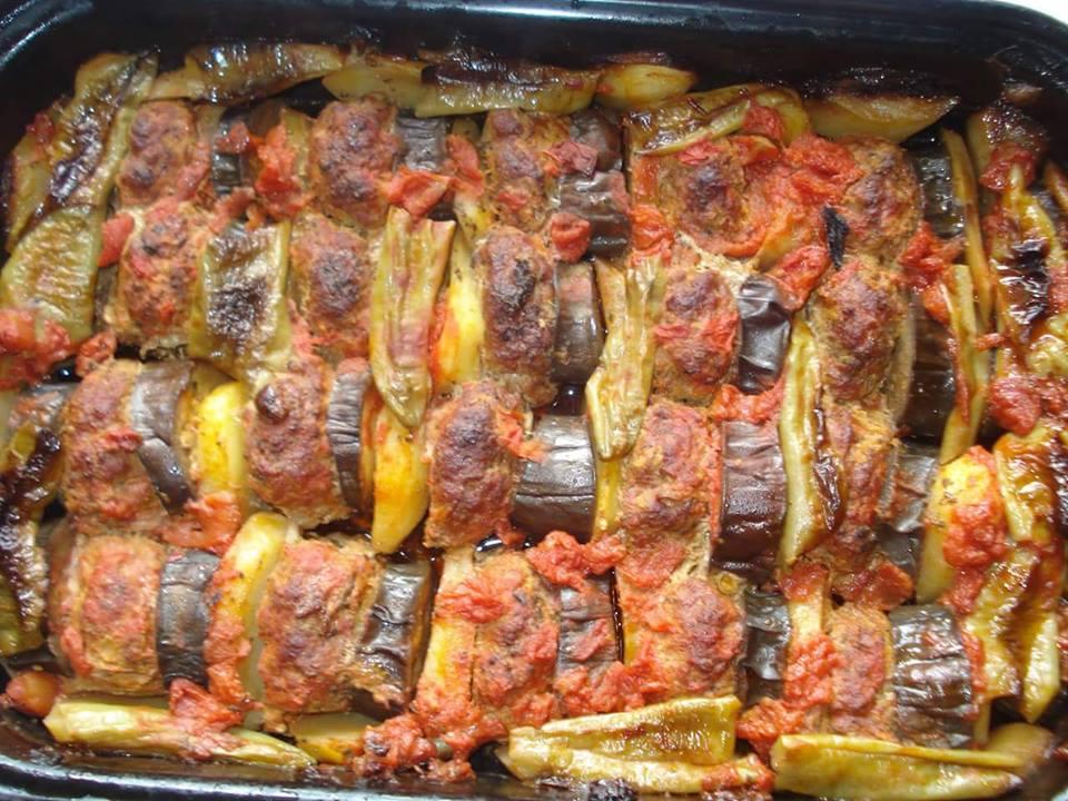 Μπιφτέκια με πατάτες και μελιτζάνες στη γάστρα