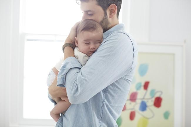 Έρευνα: όσο περισσότερο αγκαλιάζουμε ένα μωρό τόσο πιο έξυπνο γίνεται!