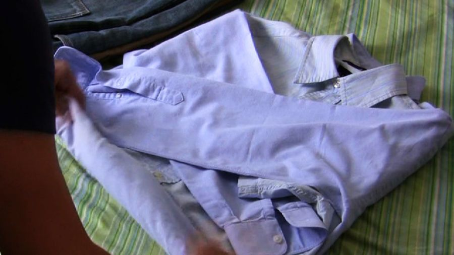 Πως να κρατήσεις σιδερωμένο το γιακά ενός πουκάμισου μέσα στη βαλίτσα