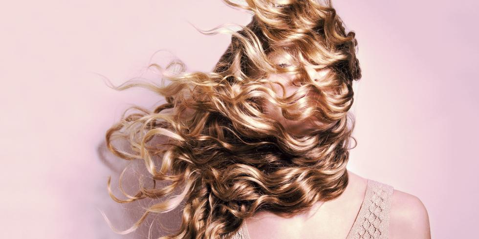 3 πρακτικά tips για να περιποιείσαι σωστά τα σγουρά μαλλιά σου!