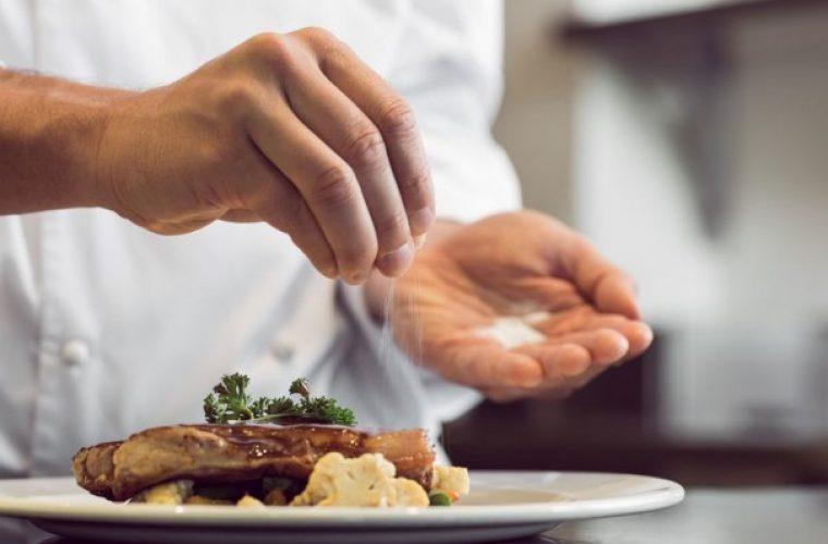 Θέλετε να μειώσετε το αλάτι χωρίς να χάσετε τη γεύση; Δείτε ποια μυρωδικά το αντικαθιστούν ανάλογα το φαγητό