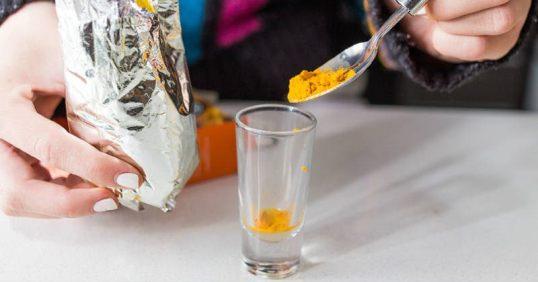 Βάζει σκόνη κουρκούμης μέσα σε ένα ποτήρι με βραστό νερό, και το πίνει.. δείτε τι συμβαίνει..