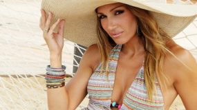 Ελένη Πετρουλάκη: Ποζάρει με τις  τέσσερις κόρες της πάνω σε βάρκα στην Κρήτη!