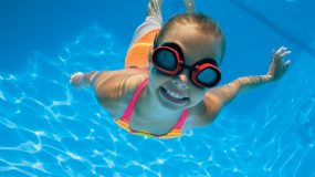 4 διασκεδαστικά παιχνίδια στη θάλασσα που μαθαίνουν στα παιδιά να κολυμπούν