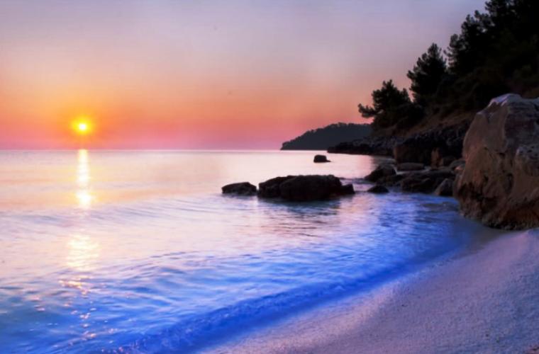 Αυτή η παραλία με τα λευκά βότσαλα και τα κρυστάλλινα νερά βρίσκεται στη Βόρεια Ελλάδα!