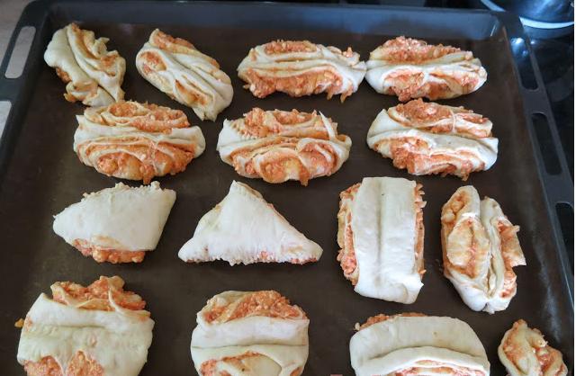 ΑΛΜΥΡΑ Ψωμάκια με φέτα και σάλτσα πιπεριάς αφράτα και πεντανόστιμα.!!!