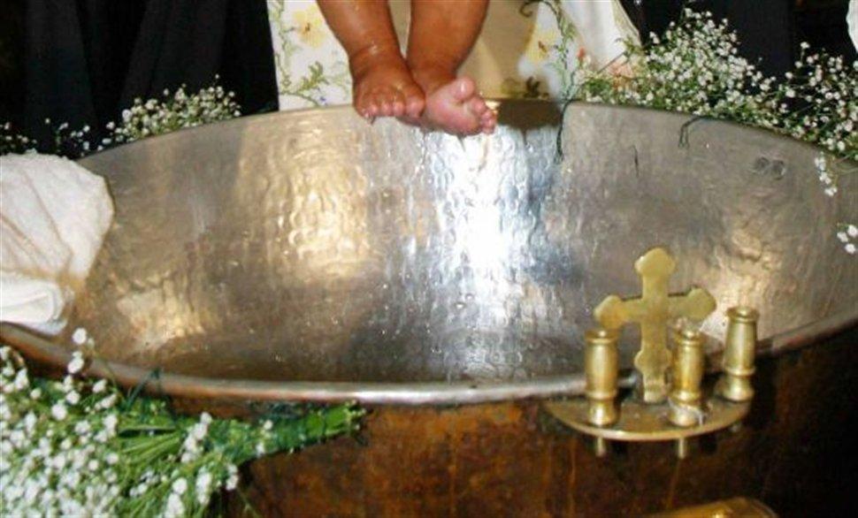 Είναι παράνομο να ζητούν οι ιερείς λεφτά σε βαφτίσεις και γάμους;