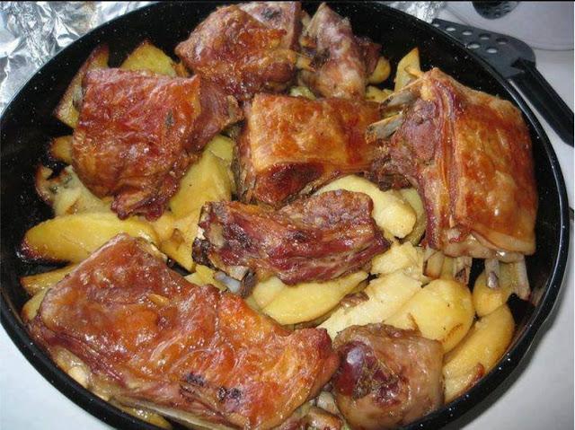 Ένα από τα πιο παραδοσιακά ελληνικά φαγητά, αρνάκι στο φούρνο με πατάτες, λουκούμι. Φτιάξτε το να μοσχομυρίσει το σπίτι.