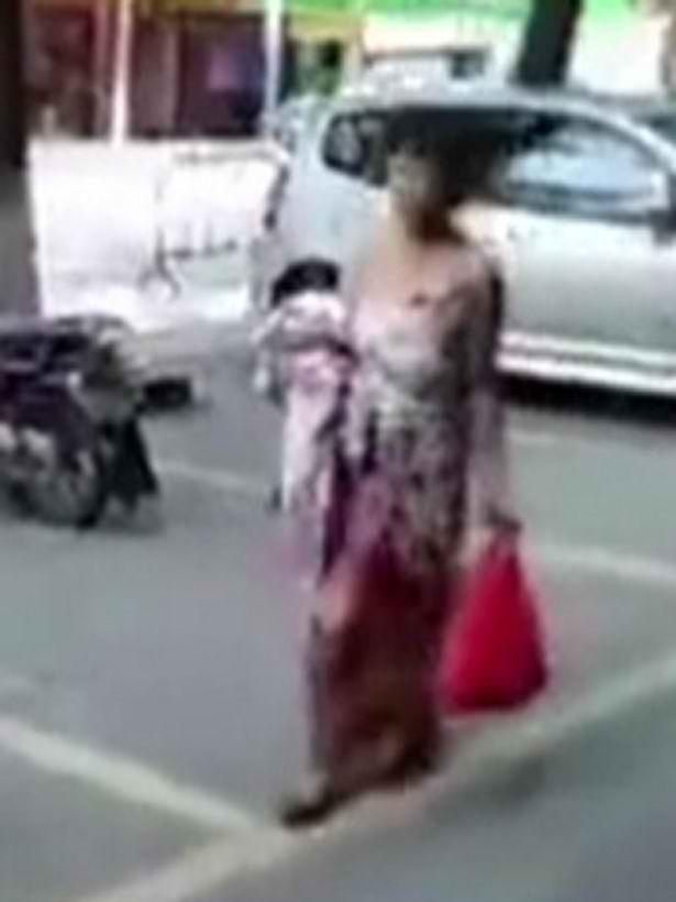 Γυναίκα γεννάει μέσα στην μέση του δρόμου παίρνει το παιδί και συνεχίζει σαν να μην έγινε τίποτα