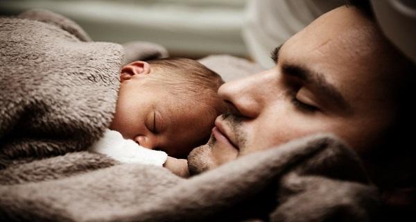 Μια αγκαλιά ... για να θεραπεύσει τα μωρά που είναι εθισμένα στα ναρκωτικά