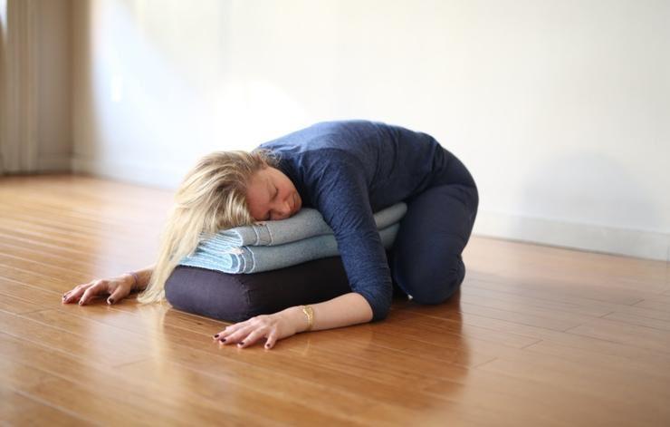 Ξαπλώνει ανάσκελα και πιάνει τις πατούσες της για λίγα λεπτά. Δε φανταζόταν όμως μια τέτοια τεράστια αλλαγή στο έντερό της!