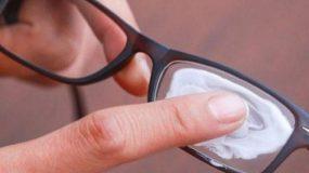Έτσι θα «διώξεις» τις γρατζουνιές από τους φακούς των γυαλιών σου!