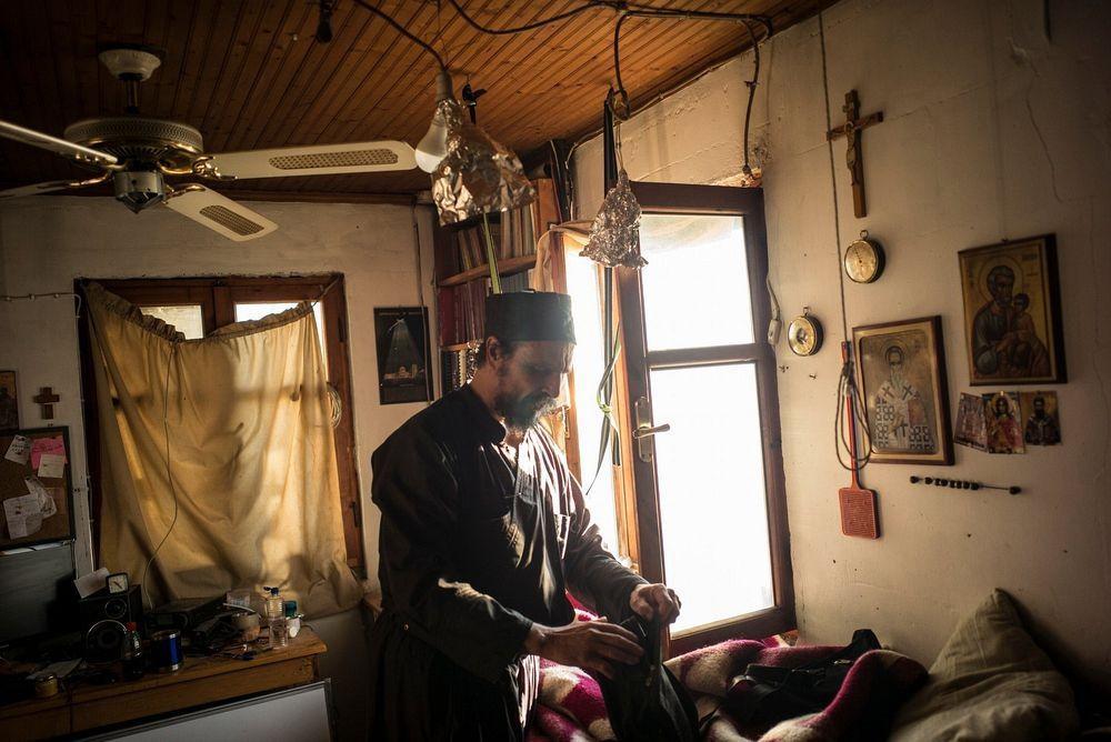 Αγιο Ορος: Οι μοναχοί που ζουν στην άκρη του γκρεμού (εικονες)