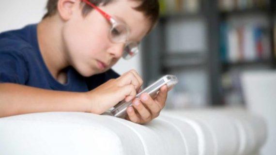 Ποιος κρυφός κίνδυνος απειλεί τα παιδιά του Δημοτικού με κινητό
