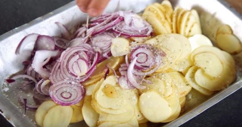 Γεμίζει ένα ταψί με πατάτες & κρεμμύδια και το βάζει στο φούρνο. Όταν το βγάλει, θα σας ανοίξει την όρεξη!