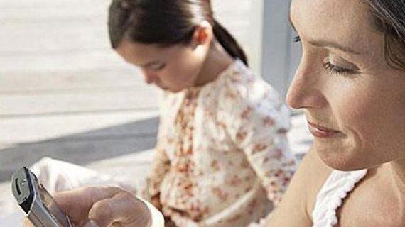 «Γονείς, αφήστε τα κινητά σας!»: Το μήνυμα ενός παιδικού σταθμού που διχάζει