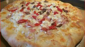 Πίτσα τυριών, με αρωματική ζύμη σκόρδου!!! Φανταστική ζύμη τόσο αφράτη και τόσο αρωματική… δεν υπάρχει!