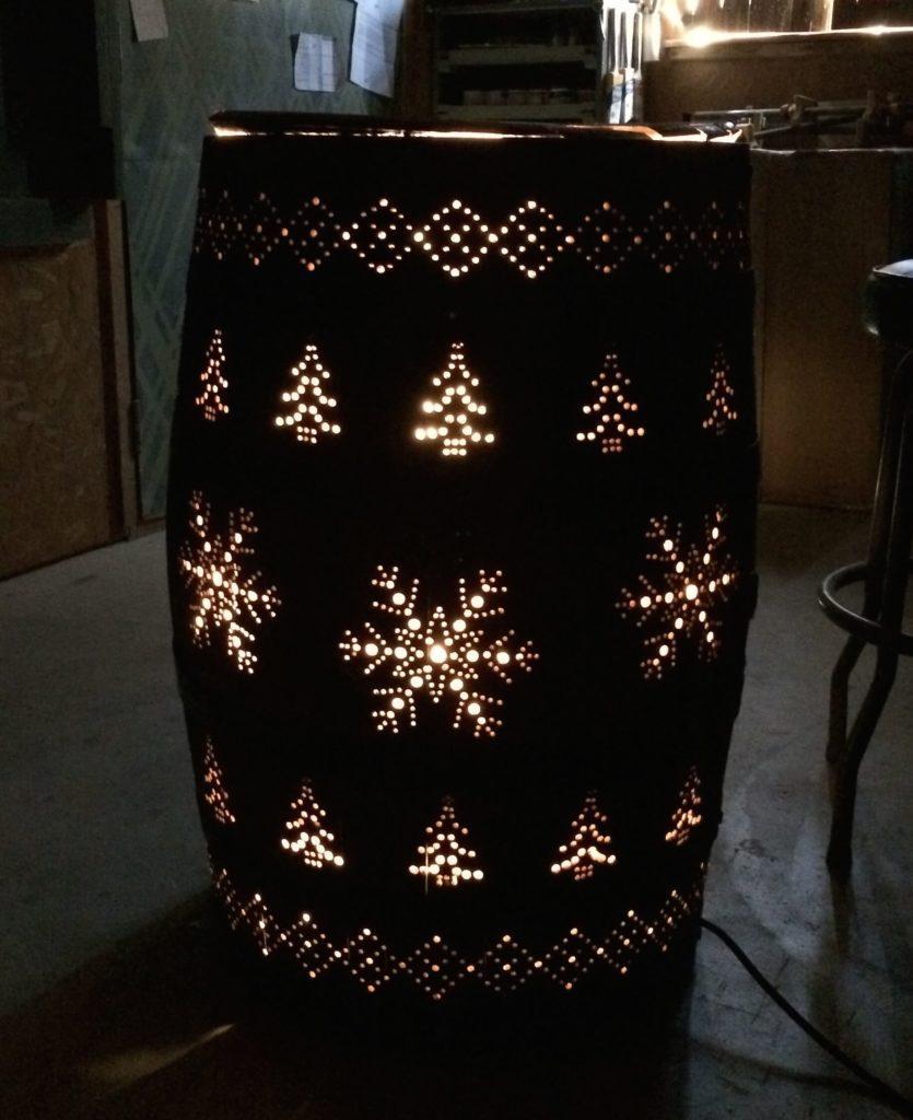 Πήρε ένα βαρέλι και δημιούργησε μια φανταστική χριστουγεννιάτικη κατασκευή και όχι μόνο
