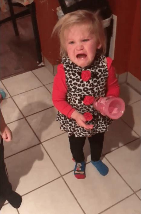Πολλοί στο διαδίκτυο πιστεύουν οτι αυτή η μαμά ''προκάλεσε τραύμα'' στην κόρη της όταν της έδειξε την καμμένη κούκλα της