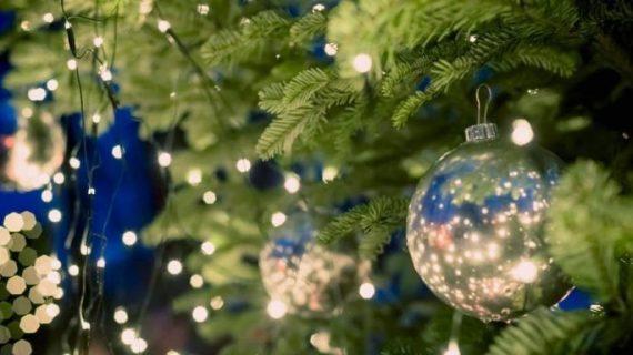 Αυτός είναι ο σωστός τρόπος για να κρεμάσετε τα λαμπάκια στο χριστουγεννιάτικο δέντρο