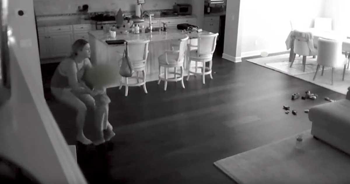 Η νταντά επιστρέφει στο σπίτι και νιώθει οτι κάτι δεν πάει καλά.. Ευτυχώς αρπάζει το αγόρι και αρχίζει να τρέχει