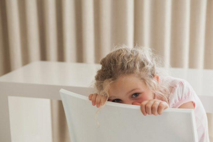 6 τρόποι για να ενθαρρύνουμε ένα ντροπαλό – διστακτικό παιδί