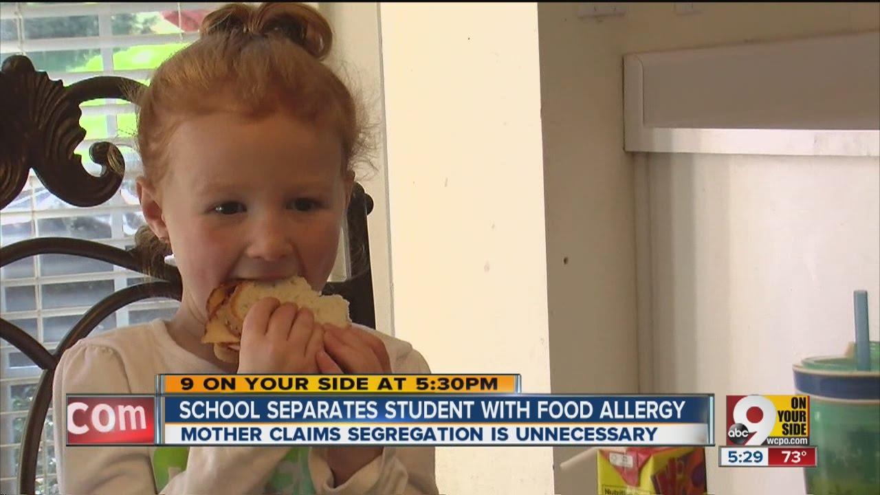 Η μαμά αυτή θύμωσε που έβαλαν την κόρη της που είχε τροφική αλλεργία να τρώει μόνη της σε μια γωνία...