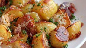 Τραγανές έξω και μαλακές μέσα-Πατάτες στον φούρνο με μπέικον και τυρί!!