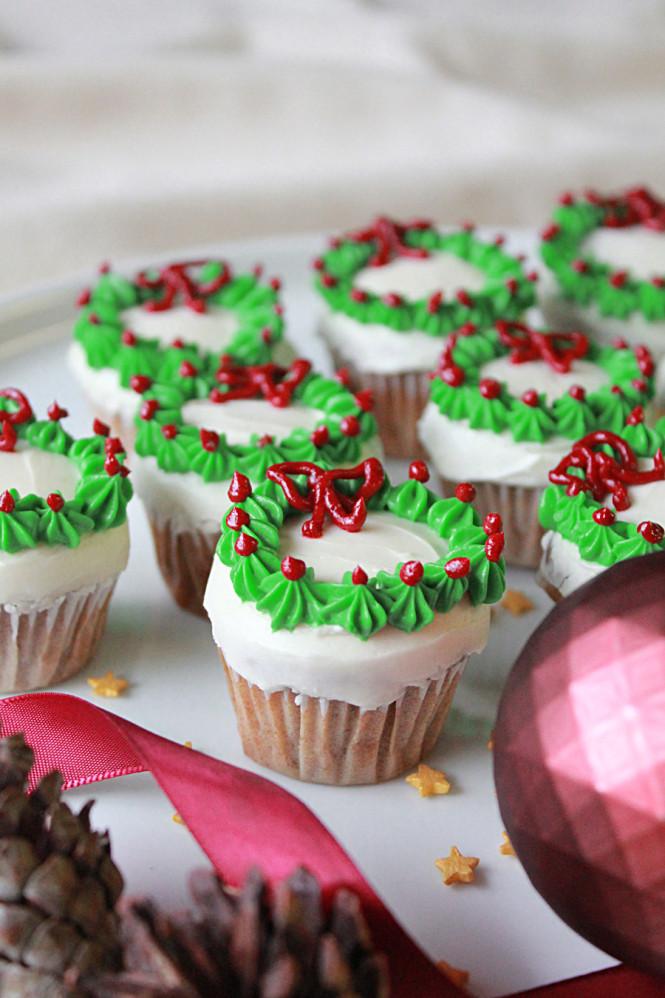 Γιορτινά cupcakes με χριστουγεννιάτικα στεφανάκια