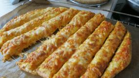 Πίτσα αρωματική σε ράβδους…όχι χρυσού… αλλά νοστιμιάς…γιατί έτσι μας αρέσει…