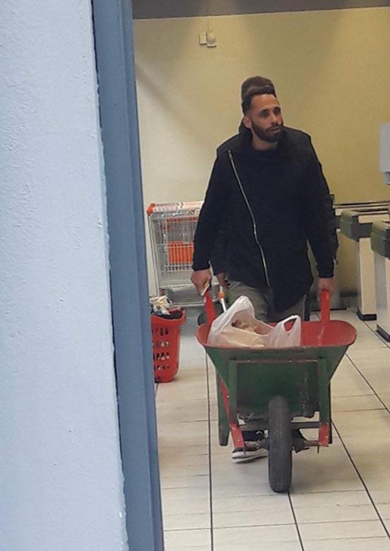 Νεαρός στην Αιγιαλεία πήγε για ψώνια με καρότσι οικοδομής για να μην πληρώσει σακούλα