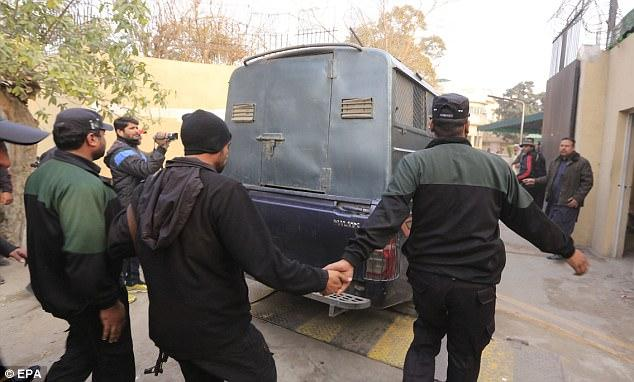 Το Πακιστάν επαναφέρει τις δημόσιες εκτελέσεις για τους παιδόφιλους μετά από φόνο 6χρονης