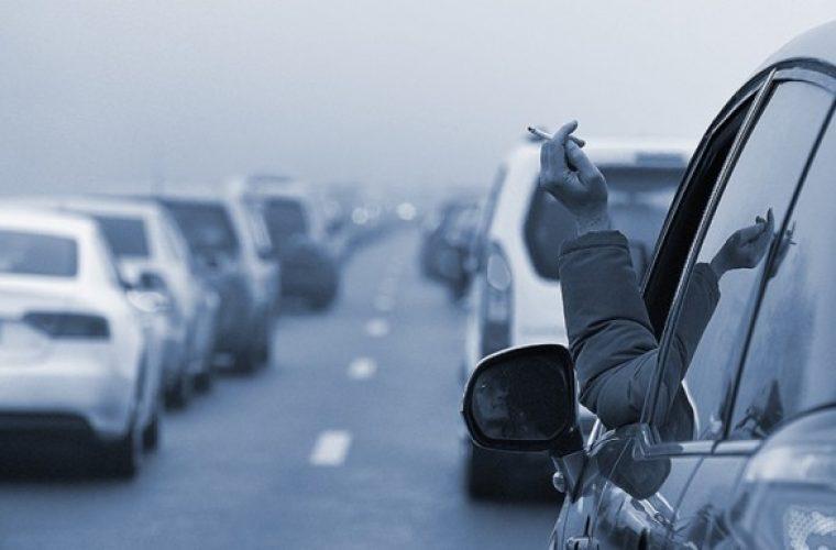 Για όσους οδηγούν και καπνίζουν στο αυτοκίνητο με παιδιά πρόστιμα μέχρι και 1.500 ευρώ